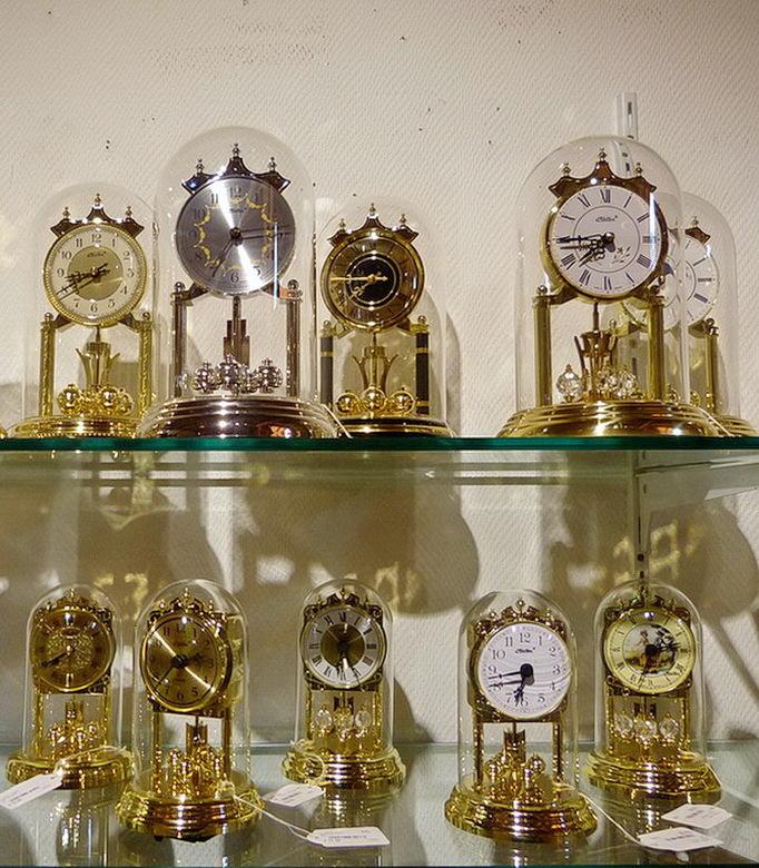 klokken. - Niet alleen de koekoeksklokken (even terug kijken naar de vorige foto) maar ook andere soorten klokken zijn te zien en te koop, in de grote
