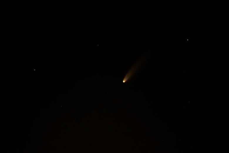 Komeet Neowise - Het is dat mijn vrouw nog goede ogen heeft maar we hebben de komeet gevonden. Neowise was maar heel zwakjes te zien.  Na wat geklooi