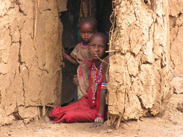 Masai kinderen - Twee Masai kinderen in hun lemen hut.