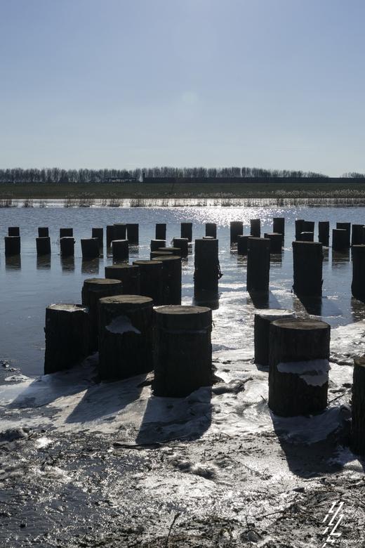 crezeepolder balken in het ijs - In de afgelopen dagen de vorst in het eb een vloed getij proberen vast te leggen