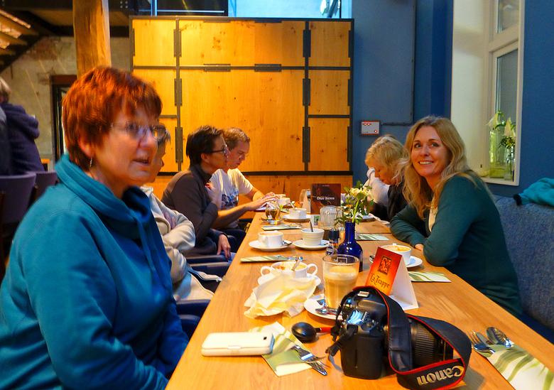 en ... aan de stamtafel. - En hier aan een van de drie tafels.<br /> Gezellig en leerzaam.<br /> Deelnemers bedankt voor een sfeervolle dag.