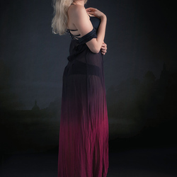 Eileen in zwartrode jurk