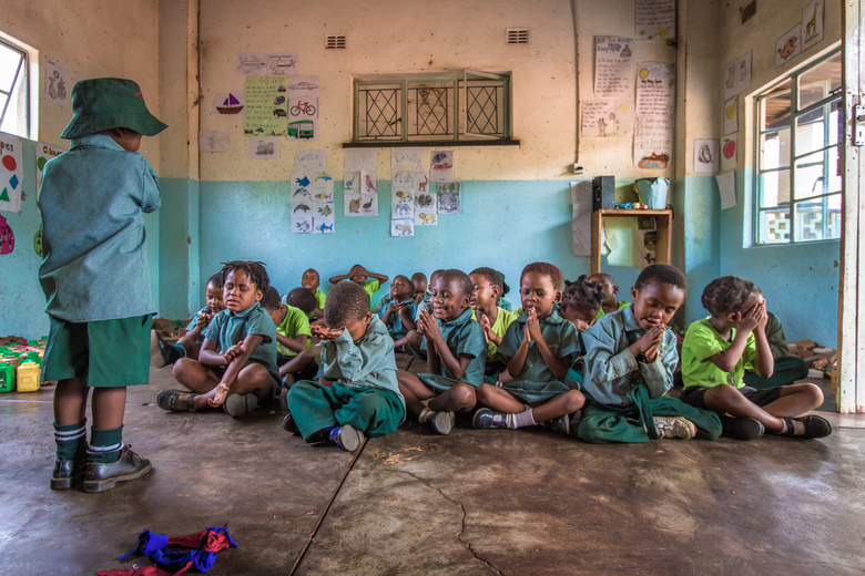 Say a little prayer - Deze Afrikaanse kinderen starten hun dag dagelijks met een gebed.<br /> Ik maakte deze foto in de Chinotimba Pre-school waar ik