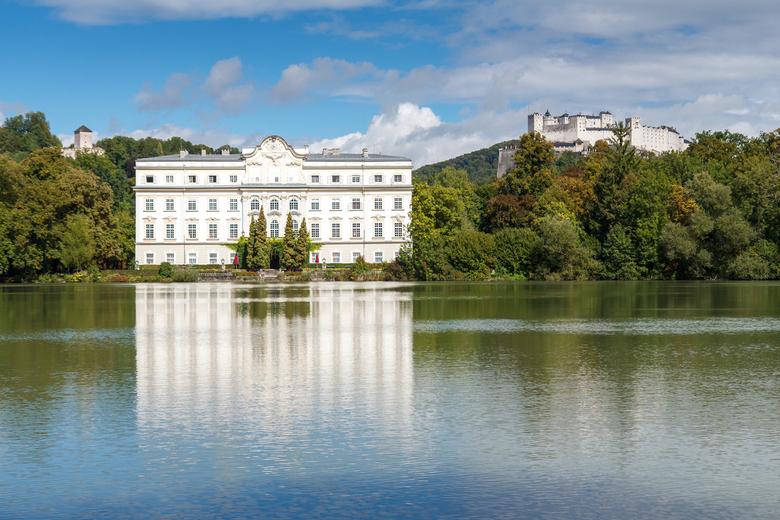 Villa Von Trapp - Op mijn trip door het mooie Salzburg deze foto geschoten van een mooie villa. Op de achtergrond hoog op de berg zie je Festung Hohen