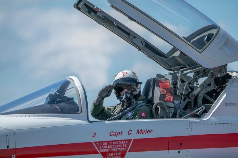 Piloot - Piloot van het Zwitserse team Patrouille Suisse. De pilot groet voordat hij weg taxiet naar de landingsbaan om op te stijgen. Foto is vandaag