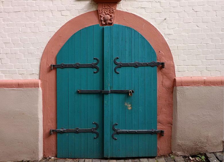 Oud. - Oude wijnkelder uit 1895 in de plaats Oberwesel   met ca 3000 inwoners. <br /> het was vroeger een pleisterplaats van wijnboeren loodsen en le