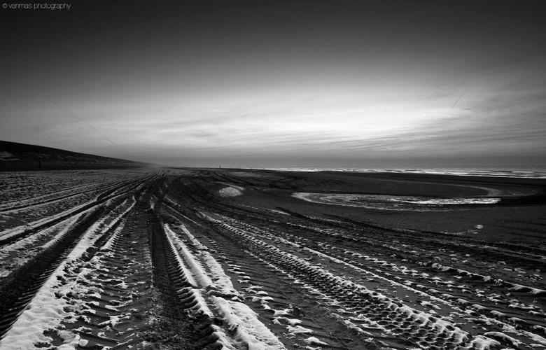 Katwijk 26-01-A - Helemaal alleen, ijskoude wind, zon al onder... Aan het strand is het eigenlijk altijd wel mooi! Ook in zwart-wit!