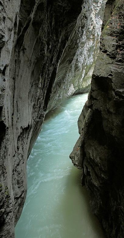 Aareschlucht 2 - Hier ook weer goed te zien, wat voor slijtage het water geeft in miljoenen jaren.<br /> Bedankt voor de reacties op Vreeland 1.<br /