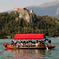De toeristen op het meer van Bled (Slovenië)