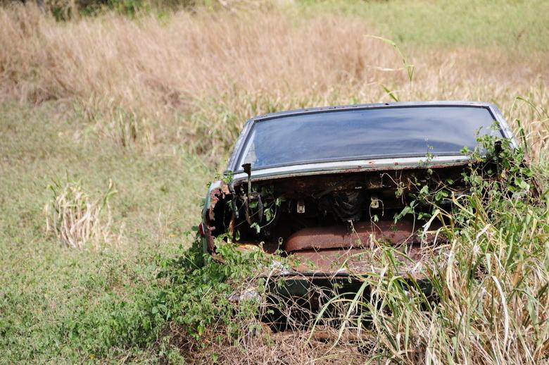 Einde van de wereld... - Verlaten auto nabij het zuidelijkste puntje van de Verenigde Staten op the Big Island, Hawaii, USA