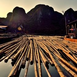 Prachtige avond zonnestralen in Halong by, Vietnam.