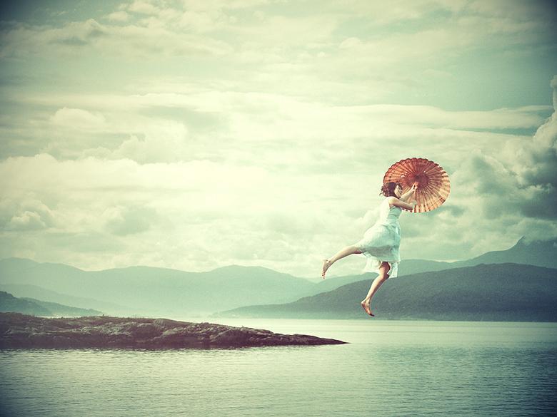 Mary Poppins - Dit idee bedacht ik gisteren met de enorm harde wind buiten. <br /> Waar een trampoline wel niet goed voor is!<br /> Foto van de acht