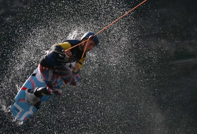 waterski - foto oefening met dubbele beweging.<br /> Het logische de waterskieër maar ook nog de drijvende flonder met de nodige beweging door de gol