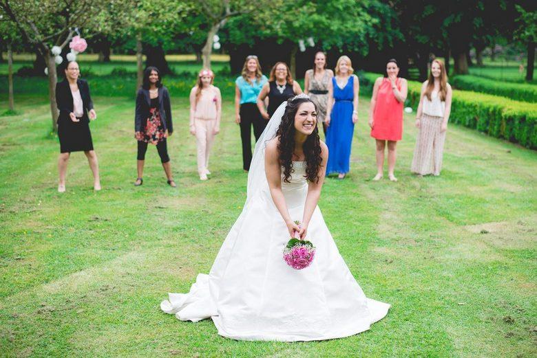 Bruiloft - Safiye &amp; Jeffrey - Foto van de bruiloft van Safiye &amp; Jeffrey,  - nét voor het gooien van het boeket. <br /> <br /> De hele serie: