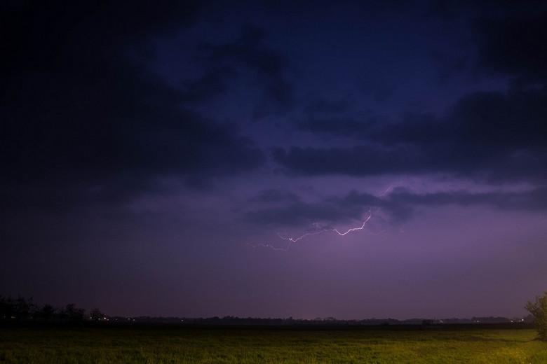 Onweer - Een straaltje onweer, ik vond de belichting wel leuk gelukt.