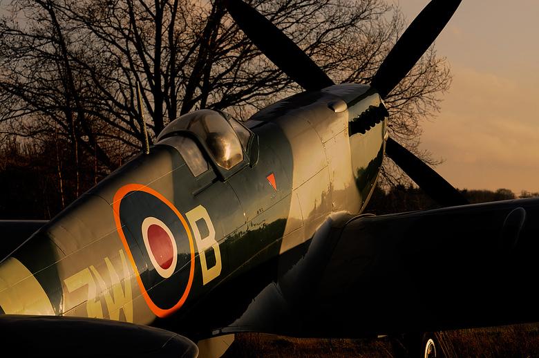 Supermarine Spitfire - De Supermarine Spitfire die buiten bij het Nationaal Militair Museum staat.<br /> De zon stond laag aan de hemel en dat geeft