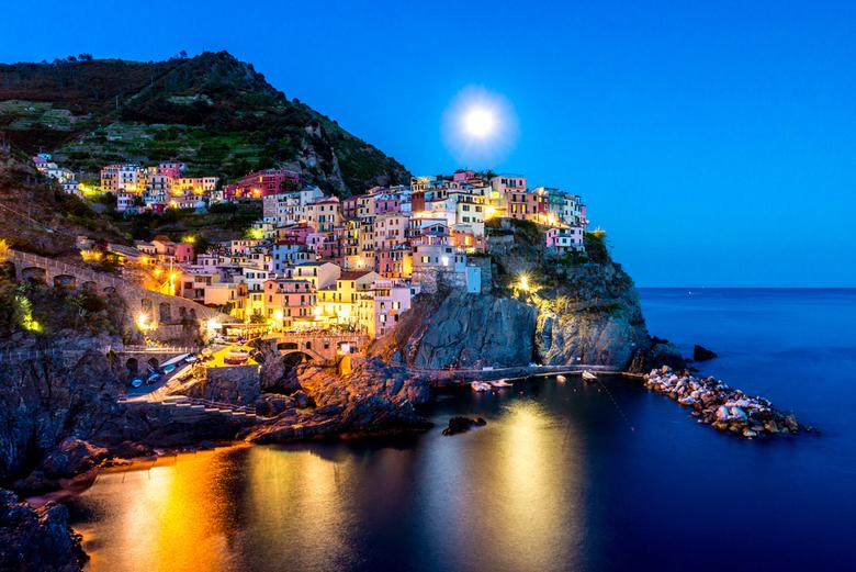 Manarola by Moonlight - Met vakantie naar Cinque Terre...dan moet er een blue hour foto gemaakt worden! Met toeval kwam de maan precies achter de berg