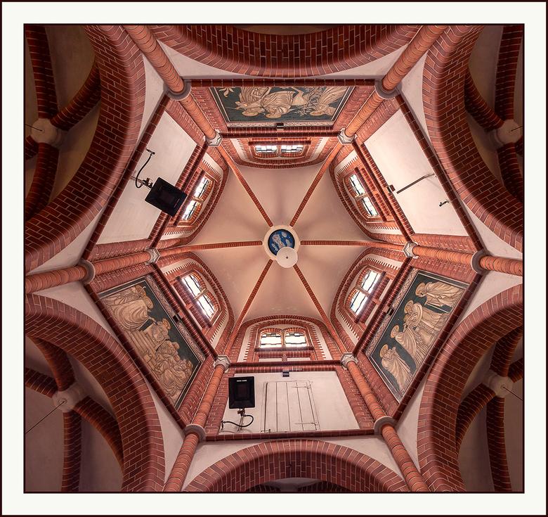 omhoog kijken - in de Mariakapel nabij Bergen, Limburg