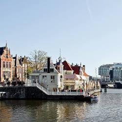 Amsterdam oude koffiehuis en een stuk nieuwbouw