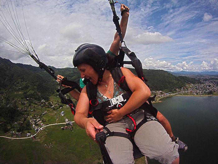 paragliding - eens een selfie die gemaakt werd met een actioncamera van het bedrijf. mijn eerste ervaring van paragliden in Nepal, Pokhara en we deden