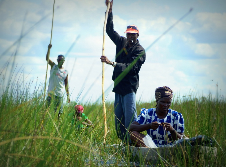 Okavangodelta - 2 mokoro's met bewoners die aan de rand van de Delta wonen. de Batawana (een Tswana-substam).
