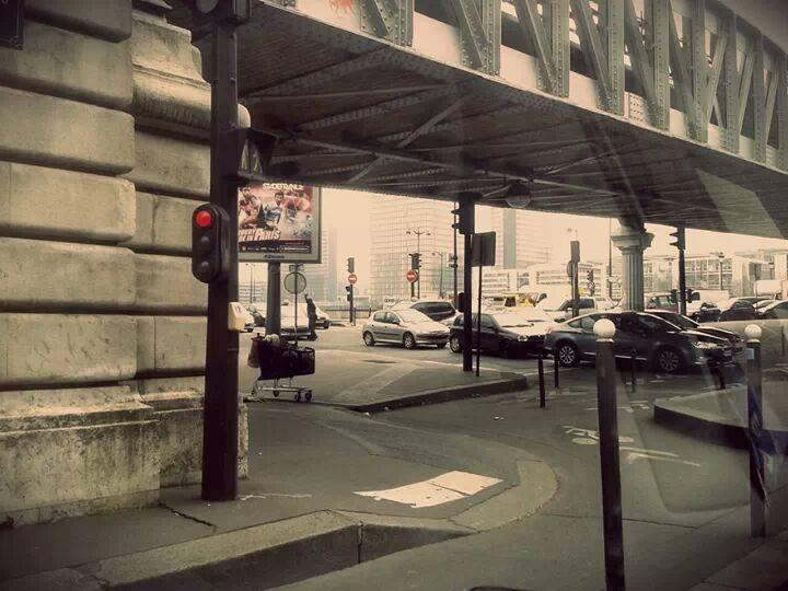 De weg kwijt. - De meeste daklozen in Parijs zijn mannen. Door alcohol of drugs verslaving of door een ingrijpende ervaring de weg kwijt geraakt. Vele
