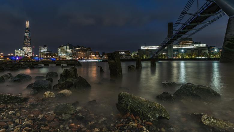 Aan de oever van de river Thames - Langs de rivier Thames lag een stukje droog en daar kon je met een trapje komen, dus naar beneden geklommen om een