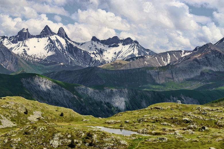 COL DE LA CROIX DE FER - We hebben ademloos staan kijken, zo mooi dit! In de Franse Alpen. Er lag nog volop sneeuw boven de 2.000 meter. De wolken war