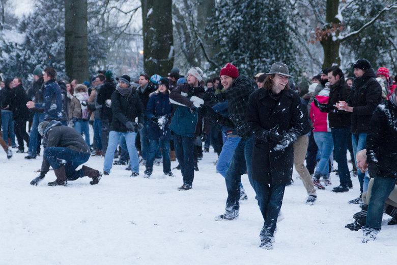Biggest Baddest Snowball Battle 2013 - Spontaan sneeuwballen gevecht in het Valkenbergpark in Breda