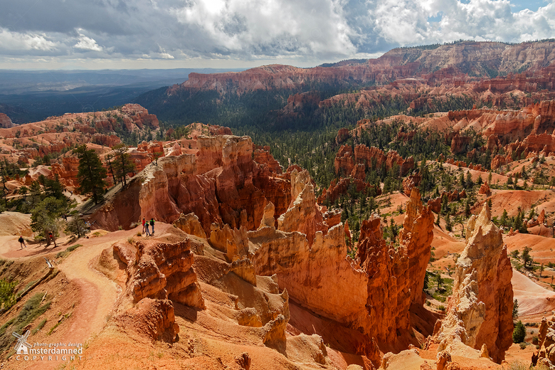 Bryce Canyon - Bryce Canyon is niet echt een ravijn, maar een serie van vreemdsoortige, natuurlijk gevormde amphi-theaters. De wanden daarvan bestaan