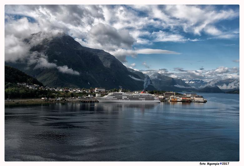 """Andelsnes - Andelsnes, prachtig gelegen plaatsje aan een Noorse fjord.<br /> <br /> Bedankt voor de reacties op <a href=""""http://zoom.nl/foto/overig/"""