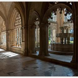 Kloostergang met invallend licht