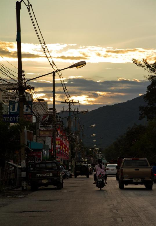 Chiang mai streets - Uitzicht vanuit de tuktuk tegen zonsondergang in Chiang Mai