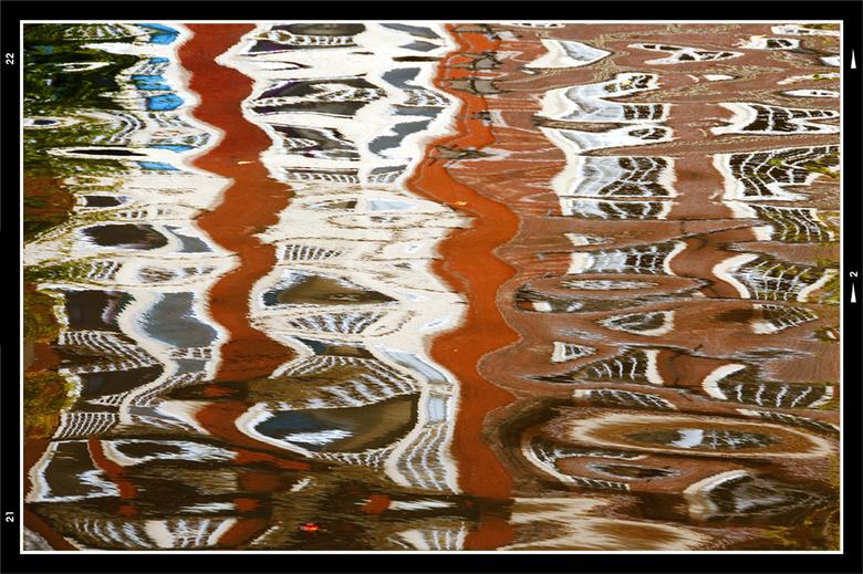Collorfull water 02 - Terwijl de discussie over kunst nog in volle hevigheid gaande was, ben ik de gracht ter plaatse even afgelopen om wat kunstzinni