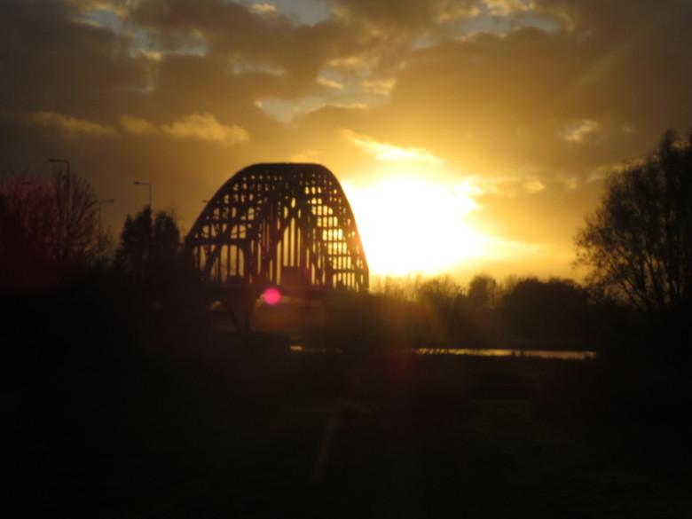 IJsselbrug in Zwolle - IJsselbrug in Zwolle met zon ondergang. Gemaakt met camera canon zonder filter.