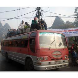 Bert Hermans komt een schoolbus tegen!!!