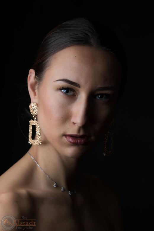 Polina - Nog een portret van Polina. Foto geschoten in een studio met zwarte achtergrond. Gebruik gemaakt van 2 speedlights, samen op één statief in e