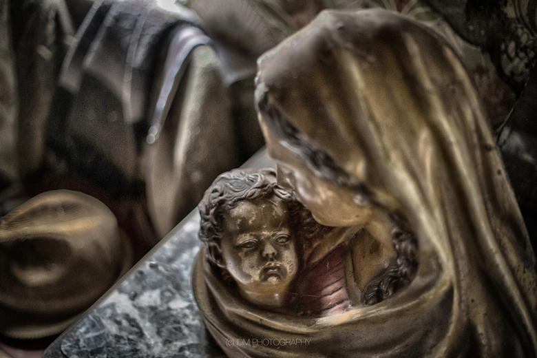 Maria - Mariabeeld in een verlaten woonkamer in België.