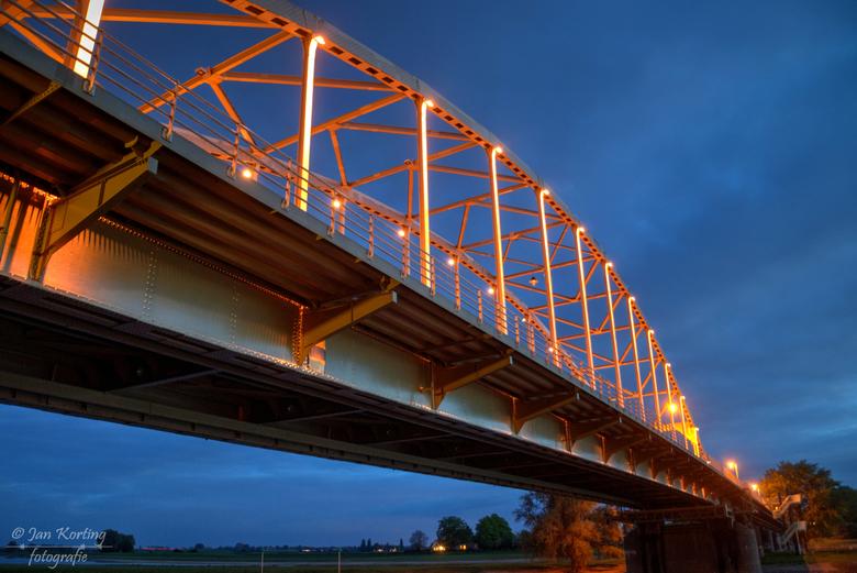 De Wilhelminaburg te Deventer  - Nu op Koningsdag is de Wilhelminabrug in Deventer m.b.v. de sier-led-verlichting oranje gekleurd. Dus met nog drie an