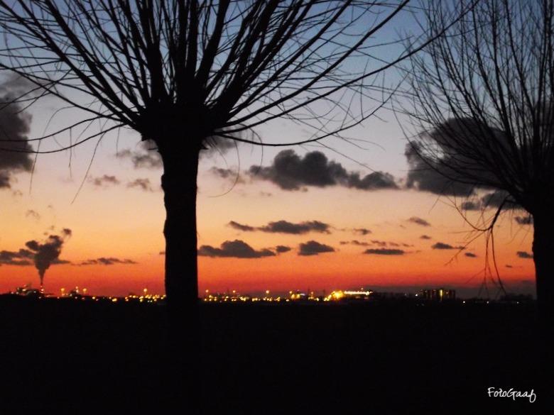 Orange is the new black - Zo uit mijn camera, deze foto. Prachtig. Wat een kleuren, gisteravond bij zonsondergang. De zon bleef ver nadat hij was onde
