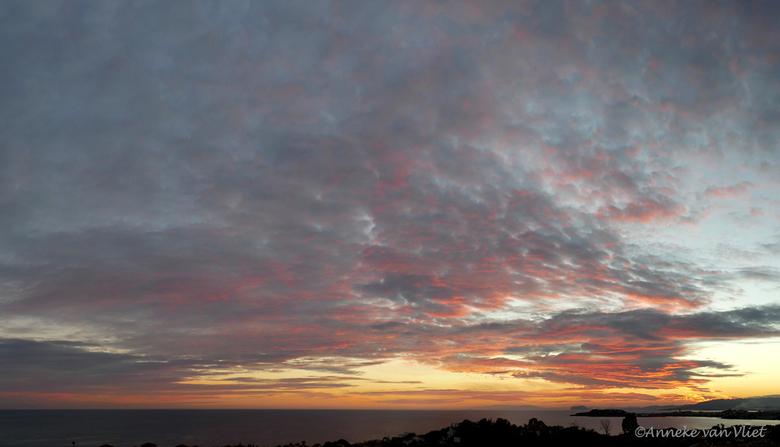 Hier keek ik gisteravond naar - Het zal jullie wellicht vervelen maar voor mij blijft dit zo mooi. Dus toch maar weer een zonsondergang geplaatst.<br