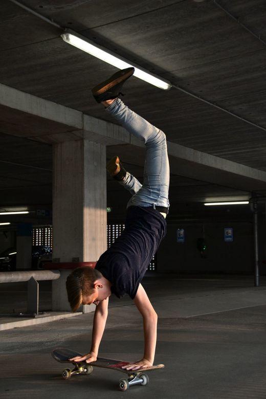skateboard tricks - handstand op een skateboard