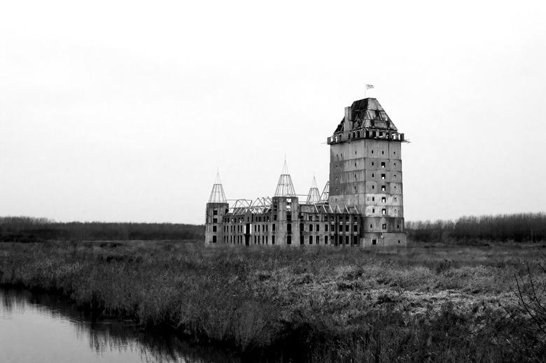 spookhuis - foto genomen bij almere in de buurt is een kasteel wat nieuw gebouwd werd en failliet ging de organisatie die het bouwde