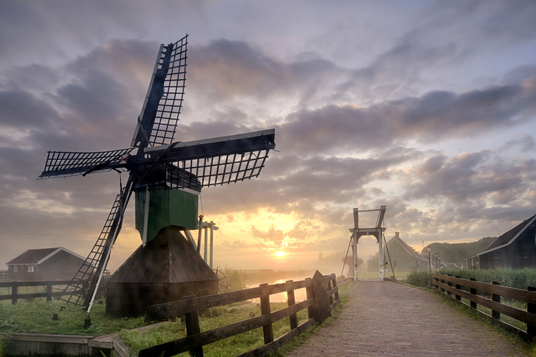Zaanse Schans - Zaanse Schans bij zonsopkomst met een beetje grondmist<br /> <br /> www.johnleeninga.nl