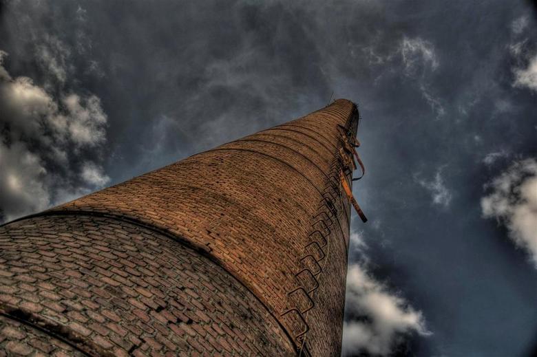 Tot in de hemel - Oude fabriekspijp geschoten bij een oude Aardappelmeelfabriek.