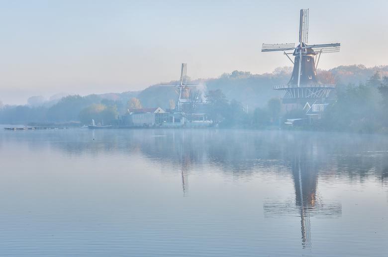 Molens Kralingse Plas - Vanochtend het ideale herfstweer om de molens bij de Kralingse Plas in Rotterdam te fotograferen. Er hing een mooie nevel over