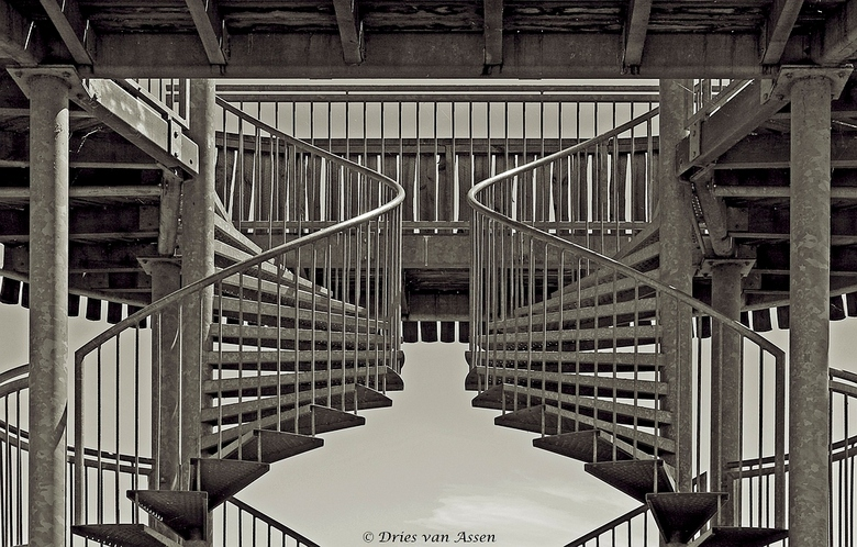 Uitkijktoren - Normaal een uitkijktoren om vogeltjes op de foto te zetten maar ik vond het mooi om de trappen op de foto te zetten