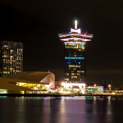 Amsterdam bij nacht IJ en A'dam toren