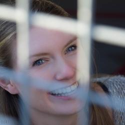 Portret achter hek