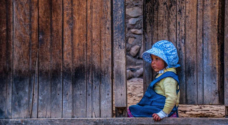 Little cute girl - Een blik op het straat beeld van een het kleine dorpje Lares. Het is er geweldig vertoeven door de kleine straatjes en genieten van